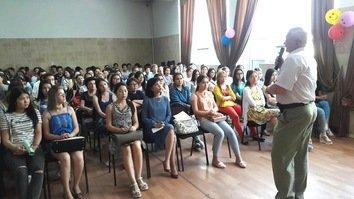 Kyrgyz undergraduates discuss extremism with schoolchildren