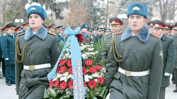 Uzbekistani troops January 14 in Tashkent lay a wreath in memory of fallen heroes. [Defence Ministry photo]