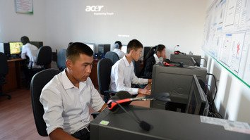 Volunteers from the Batken Youth Centre take a computer literacy class in Jalal-Abad in September. [Ulan Nazarov]