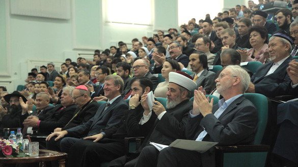 Leaders of various faiths in Uzbekistan applaud a speaker at a November 16 Tashkent conference on tolerance. [Maksim Yeniseyev]