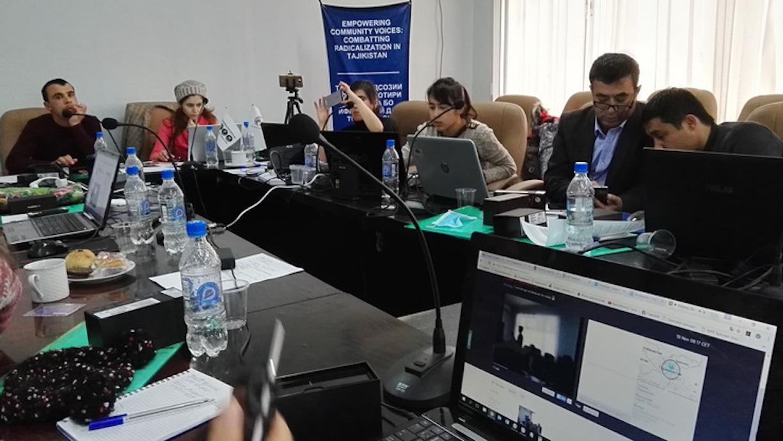 Таджикские журналисты участвуют в семинаре по повышению потенциала общества для борьбы с радикализмом. Худжанд, 17 ноября. Семинар был организован IWPR и кыргызским информационным агентством «Кабар».[Негматулло Мирсаидов]