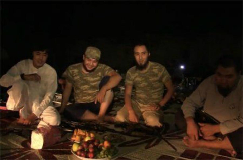 Джихадисты из Казахстана позируют перед камерой. Сирия, январь, 2014 год [Фото получено Ксенией Бондал]
