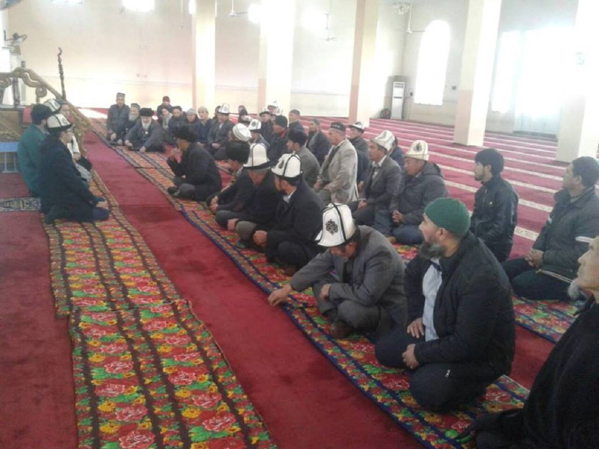 Clerics at a December 9 meeting in Kara-Suu district, Osh Province, sum up their work in 2016. They suggested stepping up the campaign to identify extremists working in local or national government posts. [Erkin Kamalov]