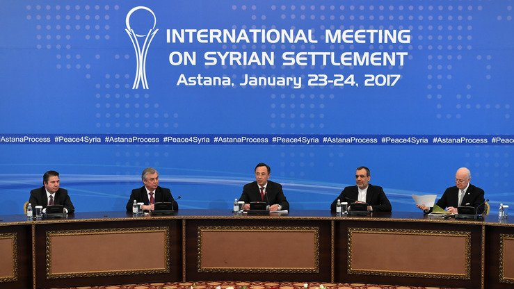Kazakhstani Foreign Minister Kairat Abdrakhmanov (centre) reads a final statement on the Syrian peace talks in Astana January 24. [Kirill Kudryavtsev/AFP]