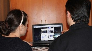 Young residents of Taraz view an extremist video on-line February 16. [Alexander Bogatik]