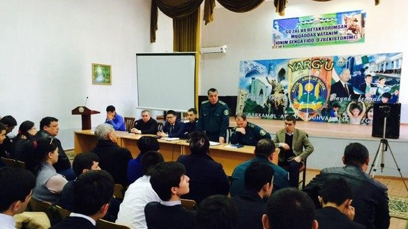 Police officers lecture about crimes at Tashkent Juridical College February 16. [Unus Latip]