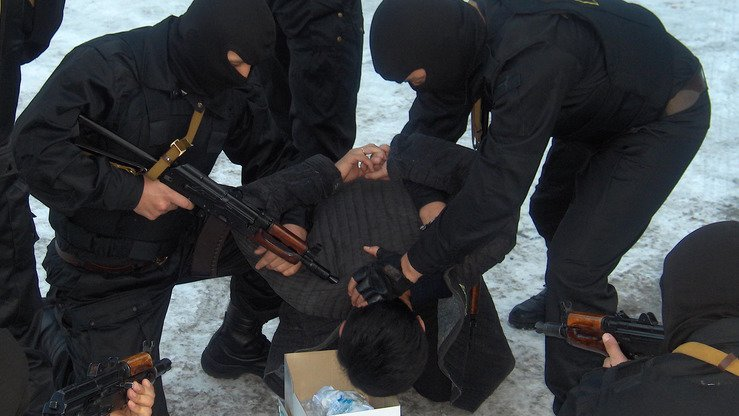 Officials from the former State Drug Control Service detain a suspected drug dealer in Bishkek in 2009. [Asker Sultanov personal archive]