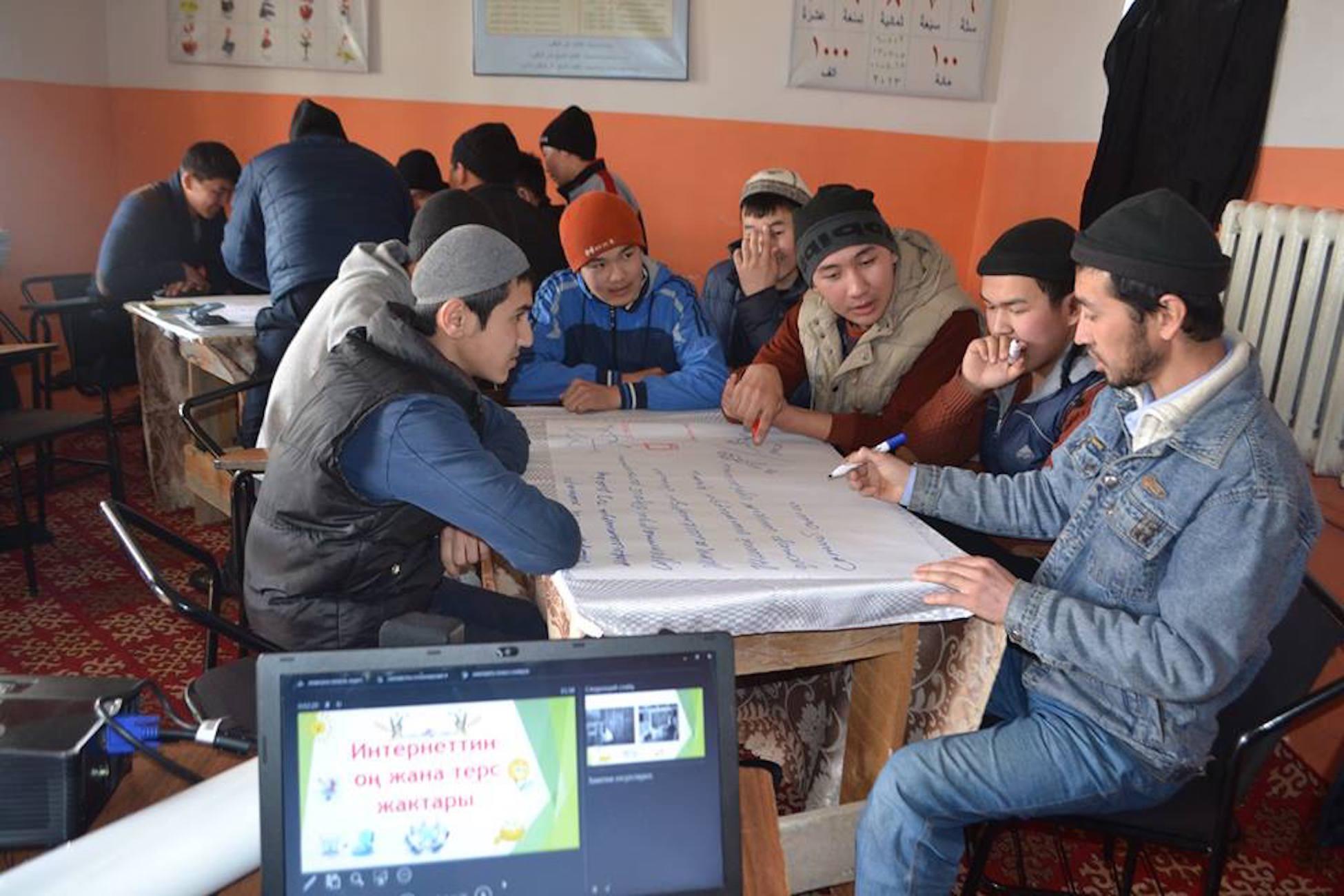 Молодые кыргызстанцы посещают встречу на тему ущерба, нанесенного экстремистской вербовкой онлайн. Джалал-Абад, 24 марта. [Эркин Камалов]