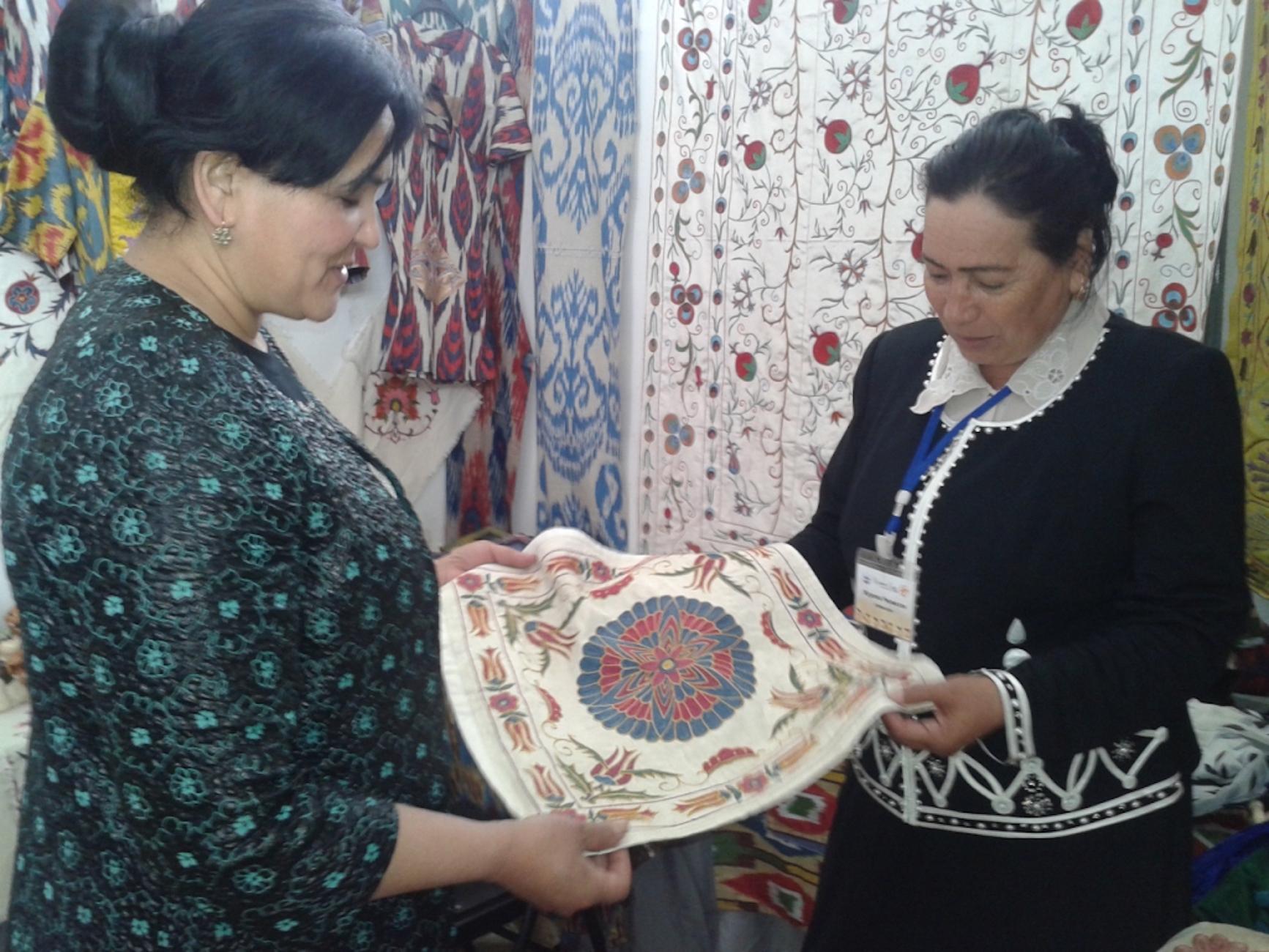 Рислихон Джураева, директор Центра искусств и ремесел Наманганской области Узбекистана (справа), представила на выставке давно забытые стили женской одежды. Ош, 14 апреля. [Бакыт Ибраимов]