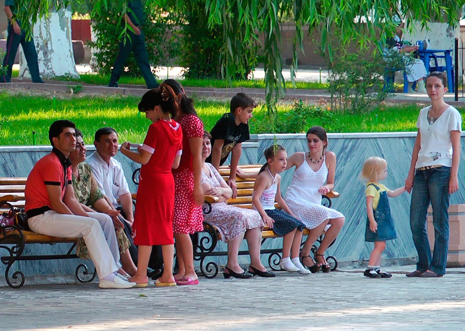 Жители Ташкента отдыхают в городском парке, 22 апреля 2017 года. [Максим Енисеев]