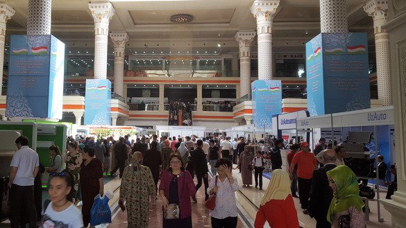 Tajiks attend an expo of Uzbekistani manufactured goods in Dushanbe. The trade fair took place April 17-20. [Nadin Bahrom]