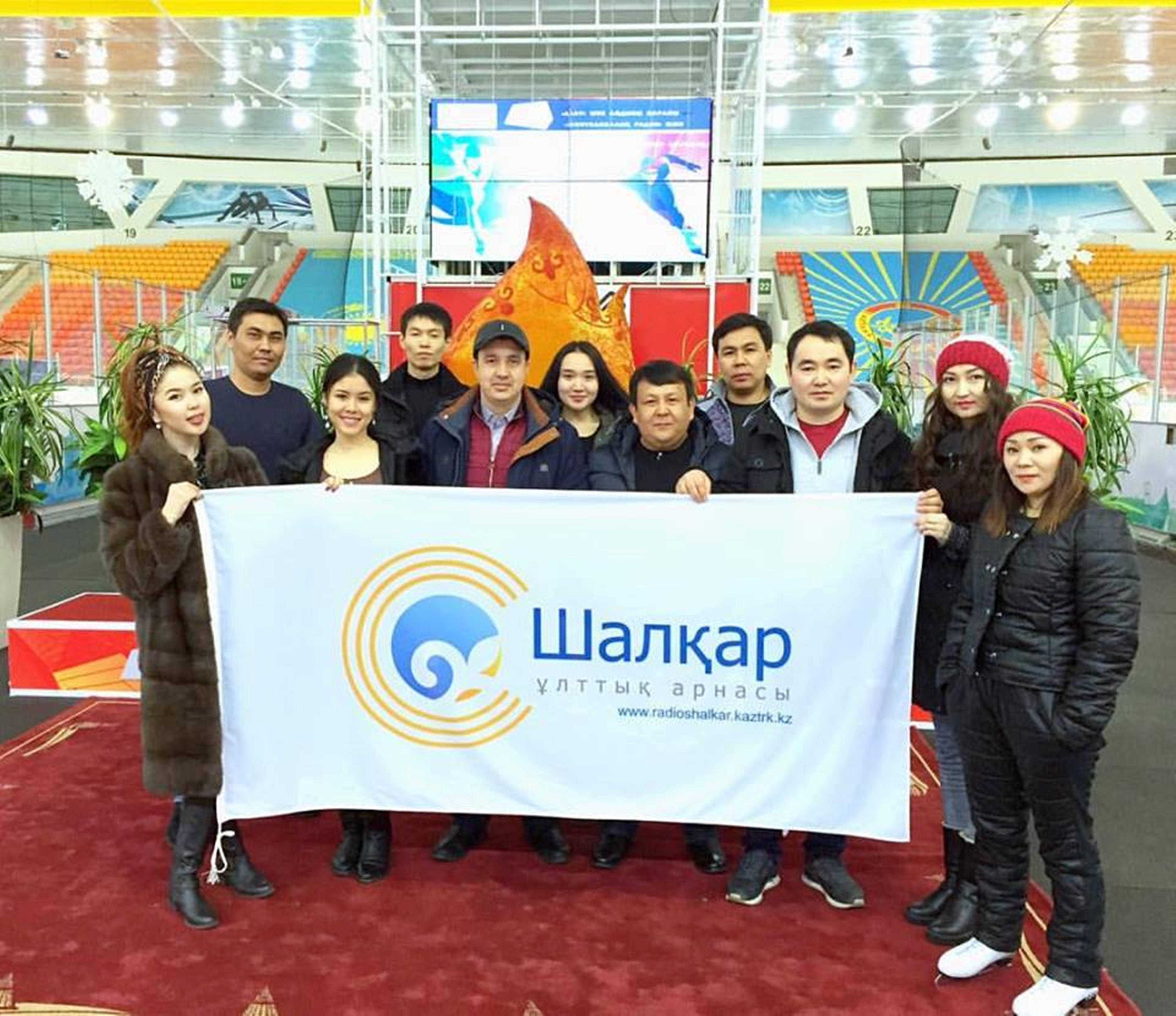 Сотрудники радиостанции «Шалкар» со знаменем. Астана, 12 марта. [Радиостанции «Шалкар»]