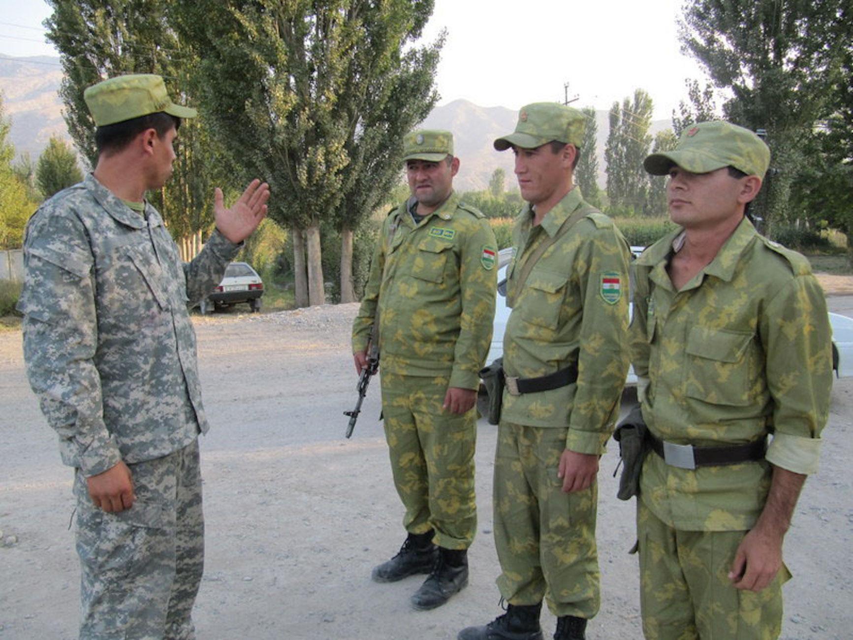 Таджикские пограничники в Исфаре, недалеко от границы с Кыргызстаном. Весна 2012 года. [Негматулло Мирсаидов]