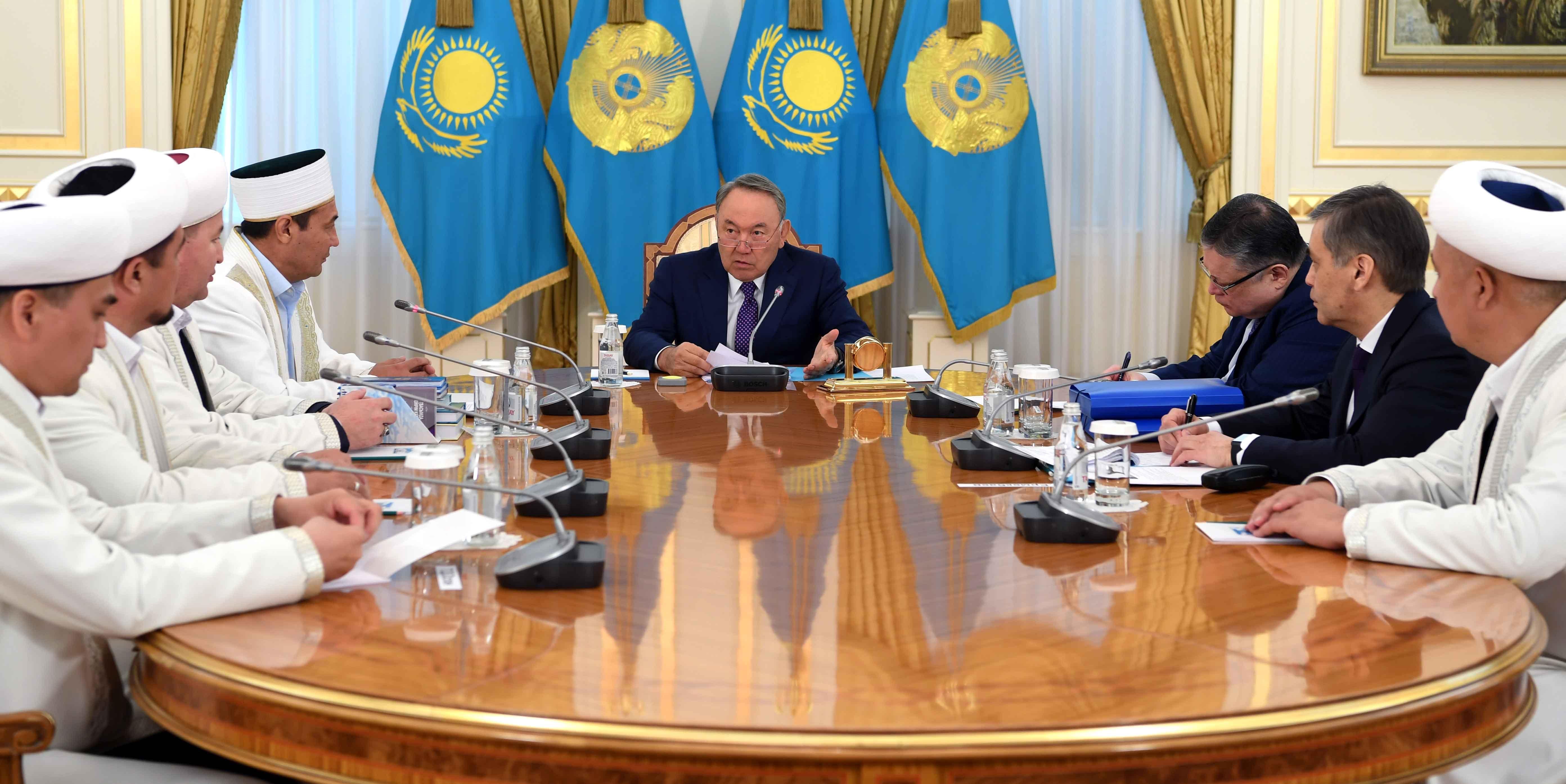 Президент Казахстана Нурсултан Назарбаев и представители ДУМК обсуждают религиозное образование имамов и молодежи. Астана, 19 апреля 2017 г. [Пресс-служба Назарбаева]