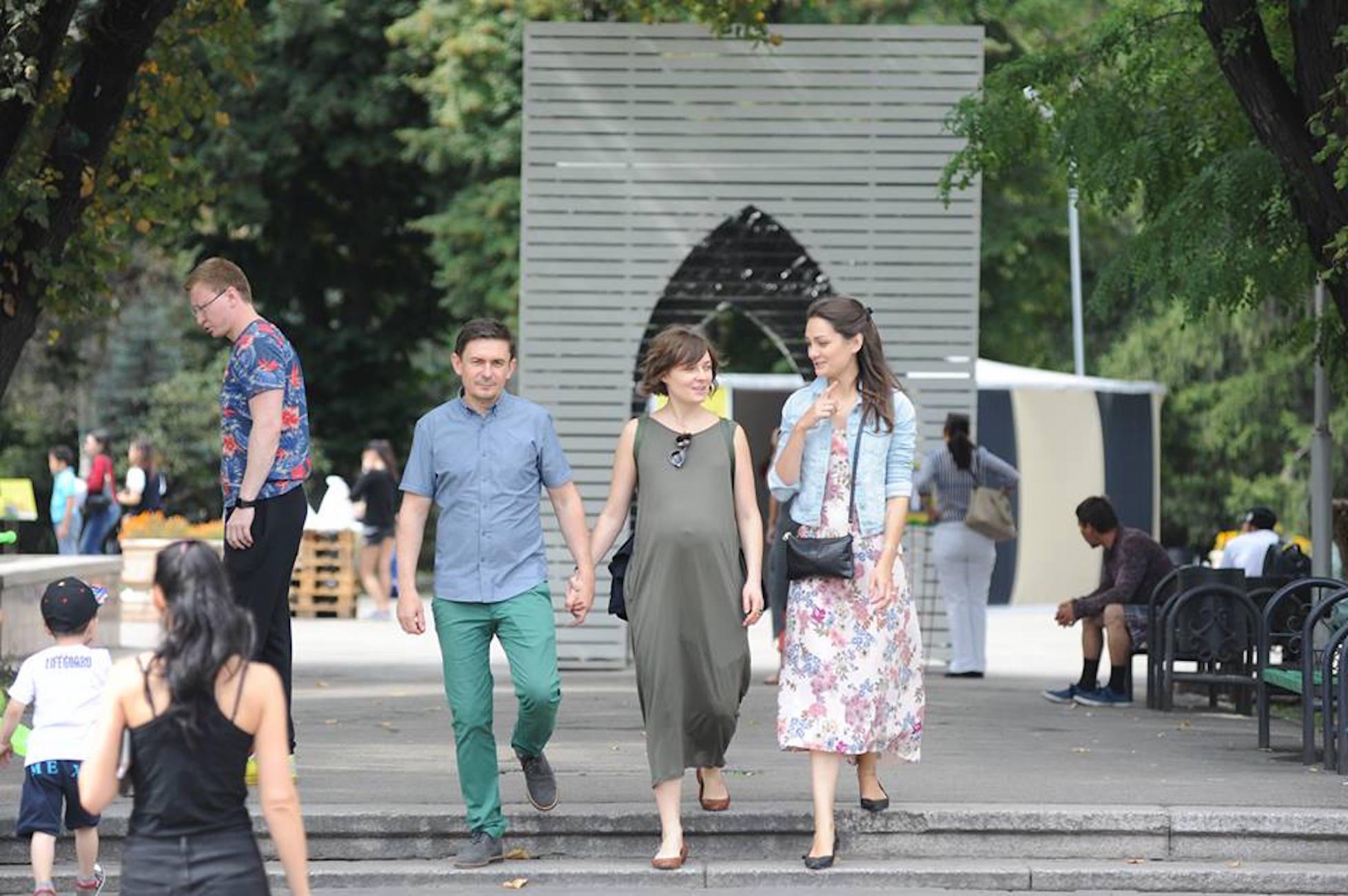 Жители Алматы гуляют по городу в июне прошлого года. Городские власти активизировали меры по борьбе с экстремизмом после смертоносных терактов в 2016 году. [Владимир Третьяков]