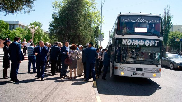 The 'Caravan of Friendship' leaves South Kazakhstan Province for Tashkent May 2. [South Kazakhstan Province akimat]