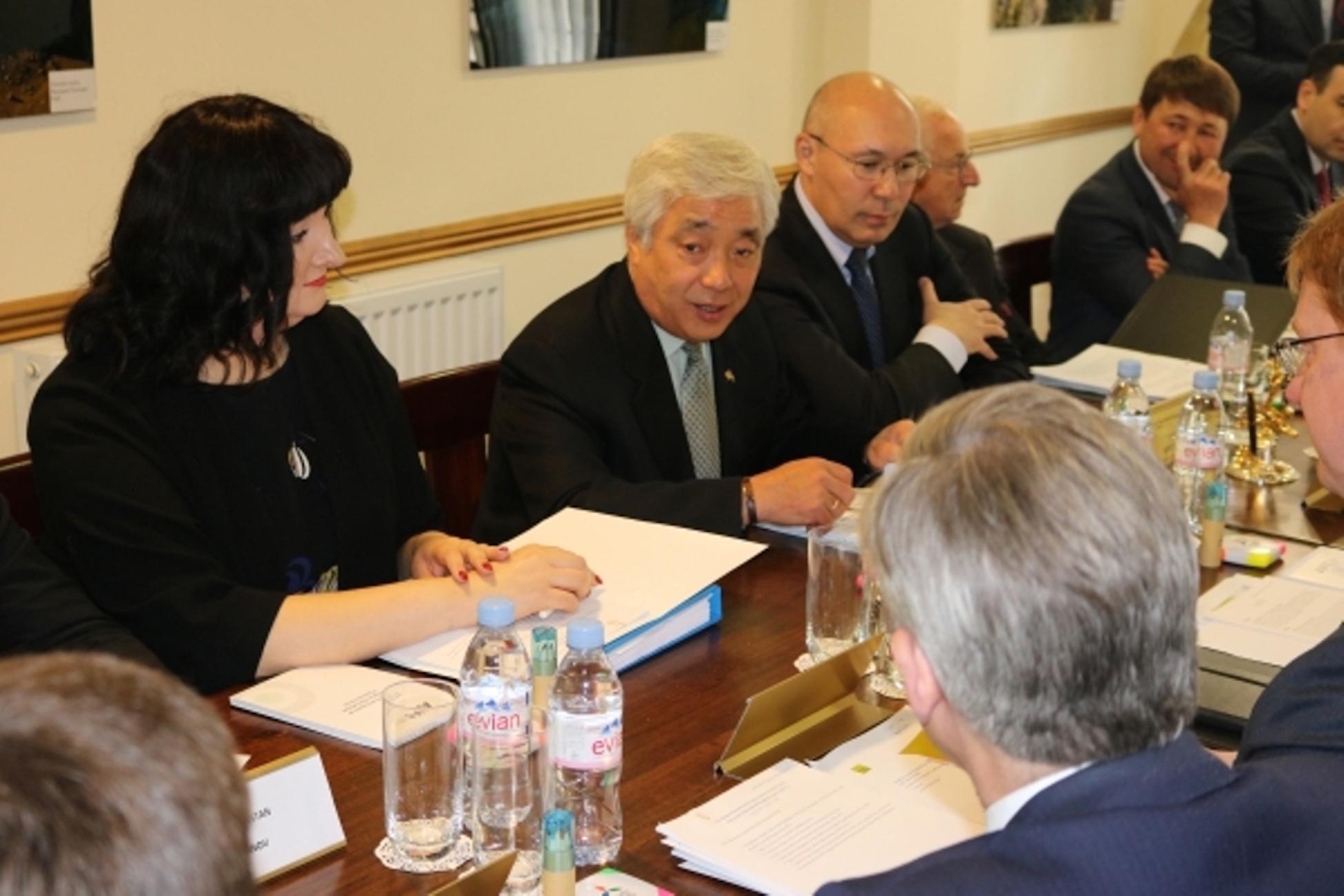 Представители Международного финансового центра Астаны (МФЦА) и британские официальные лица обсуждают план сотрудничества. Лондон, май 2017 г. [Предоставлено пресс-службой МФЦА]