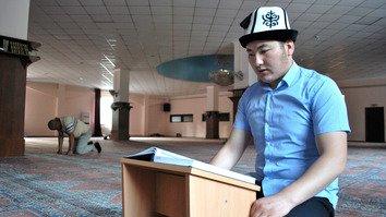 На фотографиях: мусульмане в Бишкеке отмечают Рамадан молитвой 'ифтар'