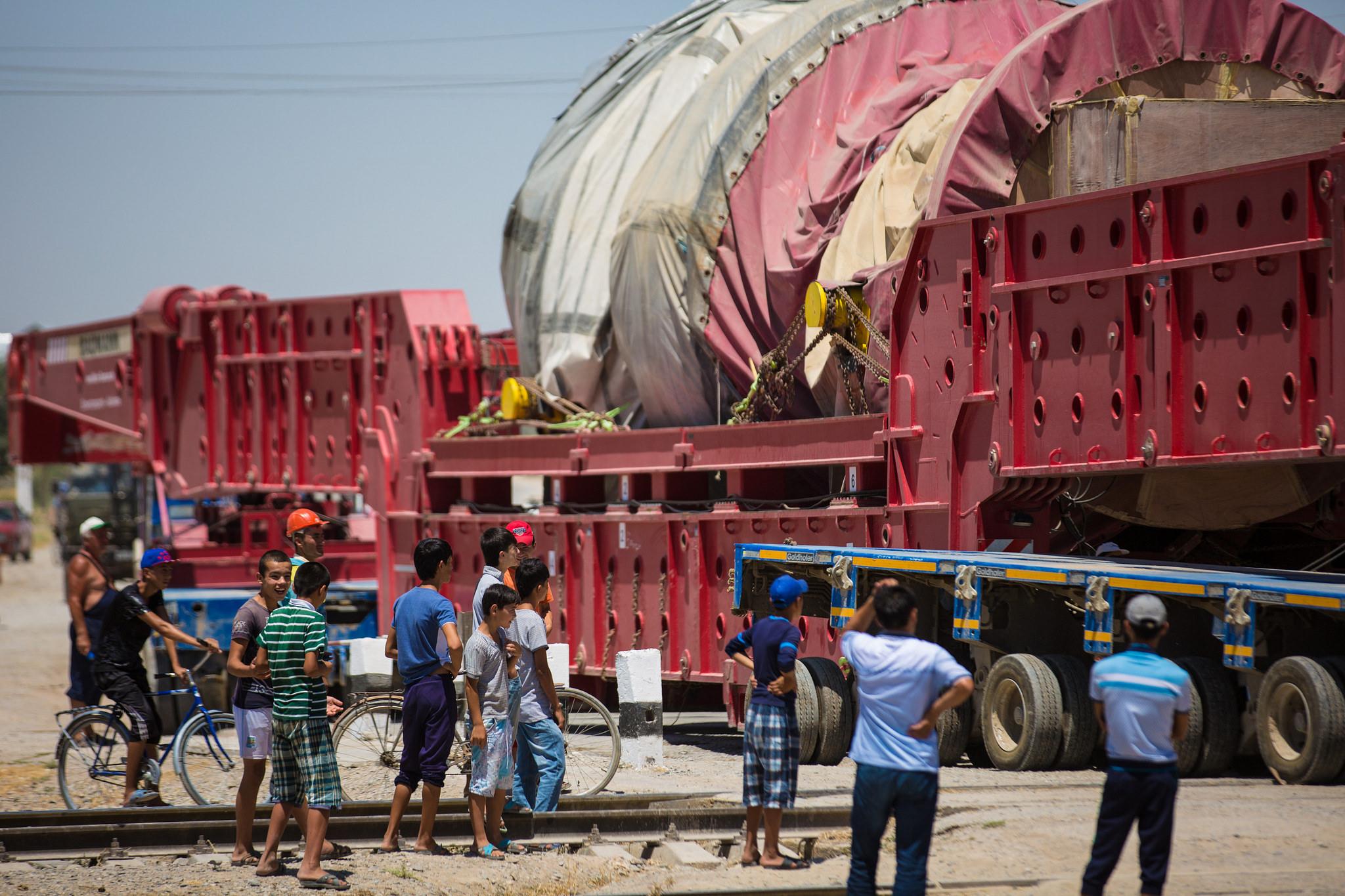 Современная турбина прибывает на Талимарджанскую ТЭС в июне 2016 года. [Фото Азиатского банка развития]