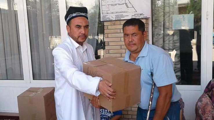 Imam Iskandar Khalilov gives away goods bought with donations to needy individuals in Tashkent June 13. [Spiritual Administration of Muslims of Uzbekistan]
