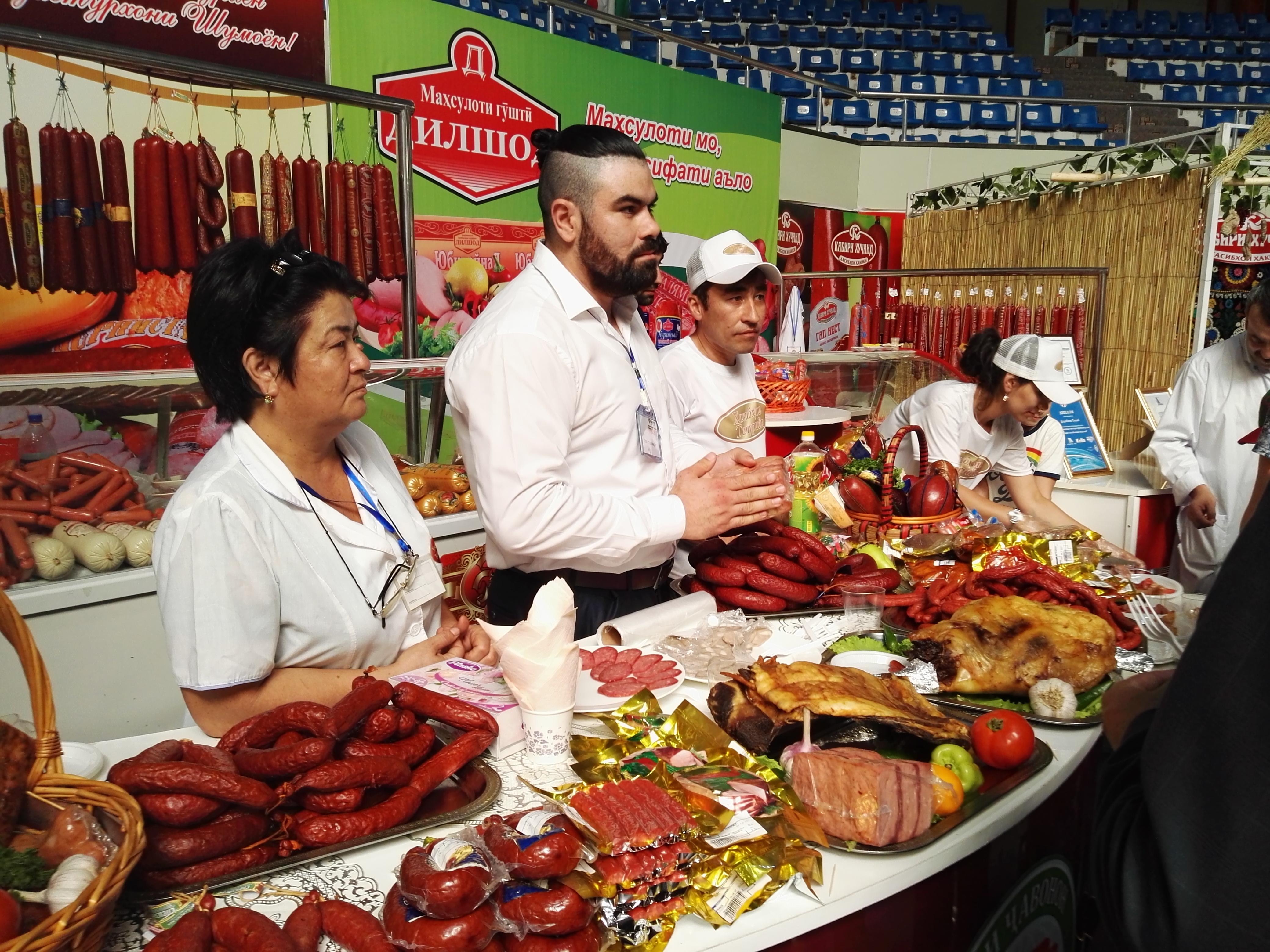 Таджикские производители готовы отвечать на вопросы и раздавать образцы местных колбасных изделий на ярмарке «Сугд-2017». Худжанд, 17 июня. [Негматулло Мирсаидов]