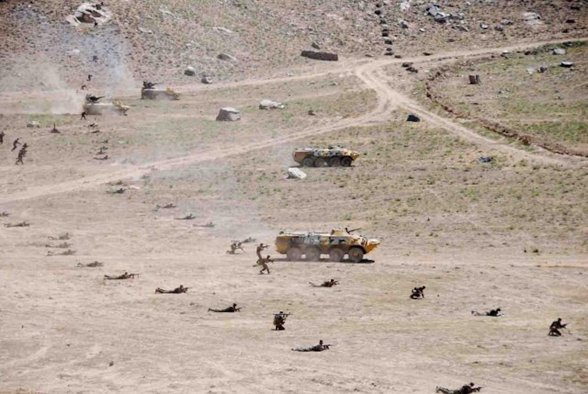 Таджикские войска проходят обучение в долине Ромит Вахдатского района. Осень 2016 года. [Предоставлено Министерством обороны Таджикистана]