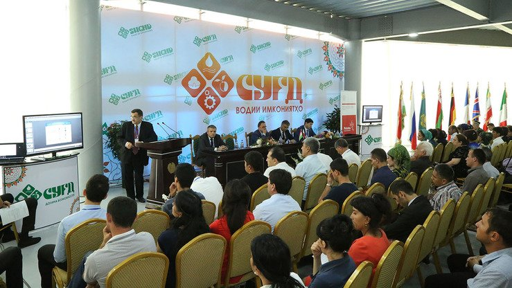 Participants at the Sughd-2017 trade fair in Khujand, Tajikistan, familiarise themselves with proposed projects June 17. [Courtesy of Tajik Chamber of Commerce and Industry]