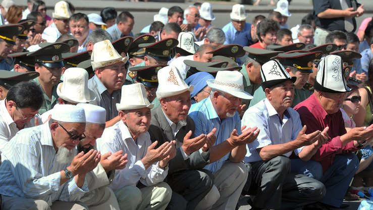 Muslims pray in Bishkek June 25. The country has about 2,000 Islamic organisations and a great need for religious education, causing the hotline to open. [Asker Sultanov]