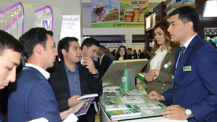 Ipak Yuli bank representatives (right) discuss their bank's services at a banking fair in Tashkent April 12. [Courtesy of Central Bank of Uzbekistan]