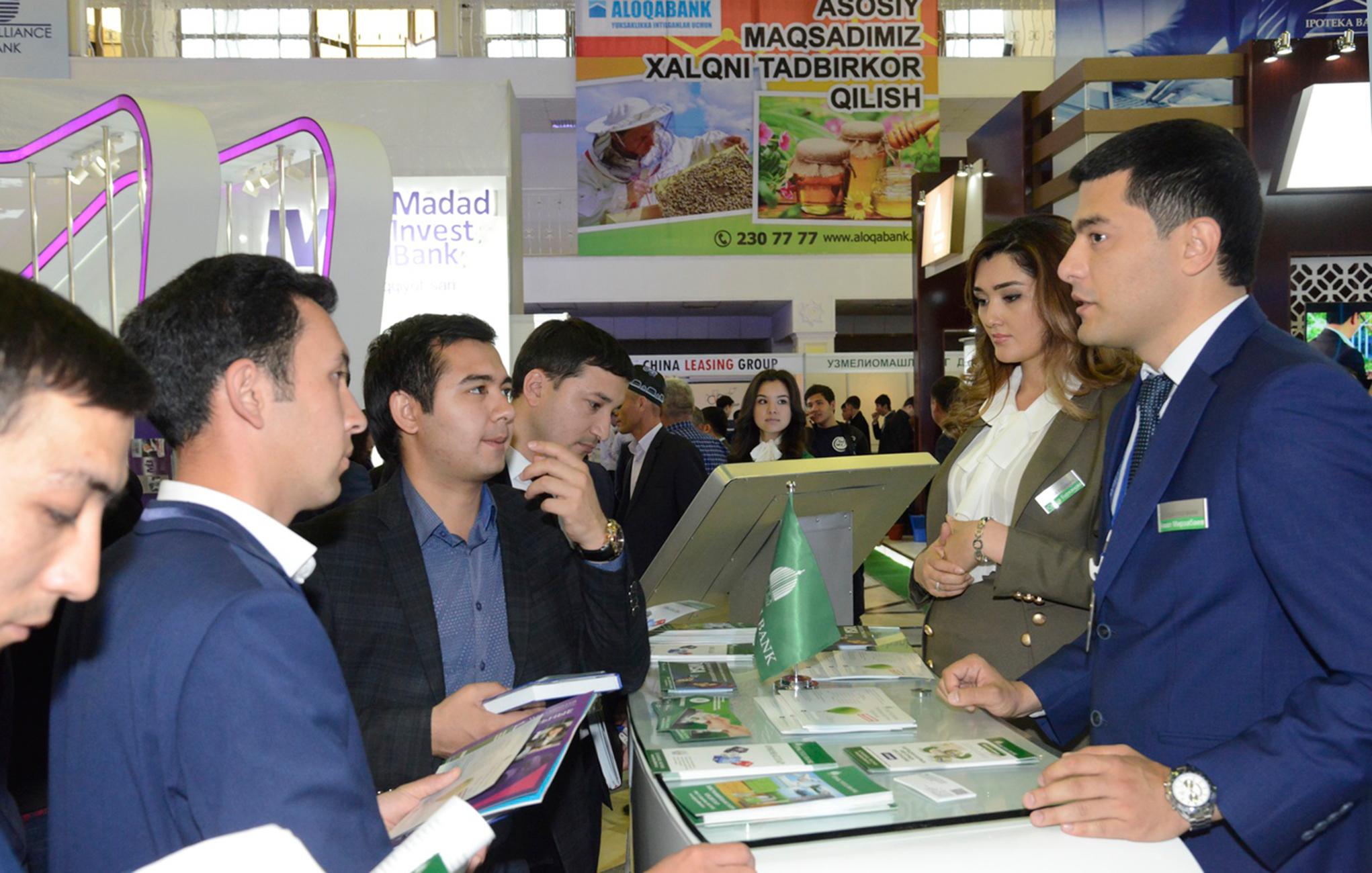 Представители банка «Ипак Йули» рассказывают об услугах банка на выставке Bank Expo 2017. Ташкент, 12 апреля 2017 г. [Фото Центрального банка]