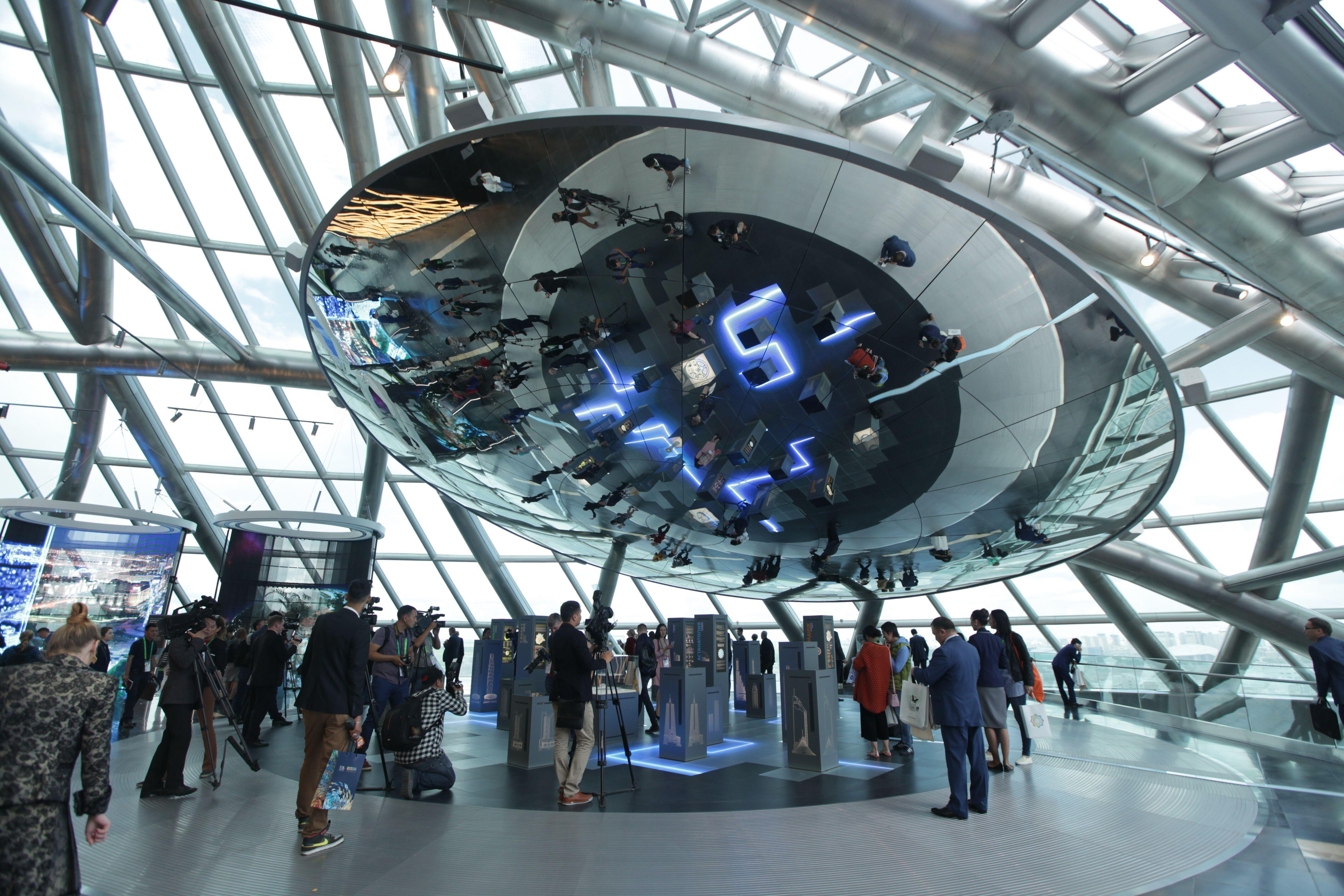 Посетители EXPO-2017 восхищаются экспозицией. С момента открытия 10 июня ярмарка в Астане привлекла 1,5 миллиона посетителей. [Предоставлено EXPO-2017]