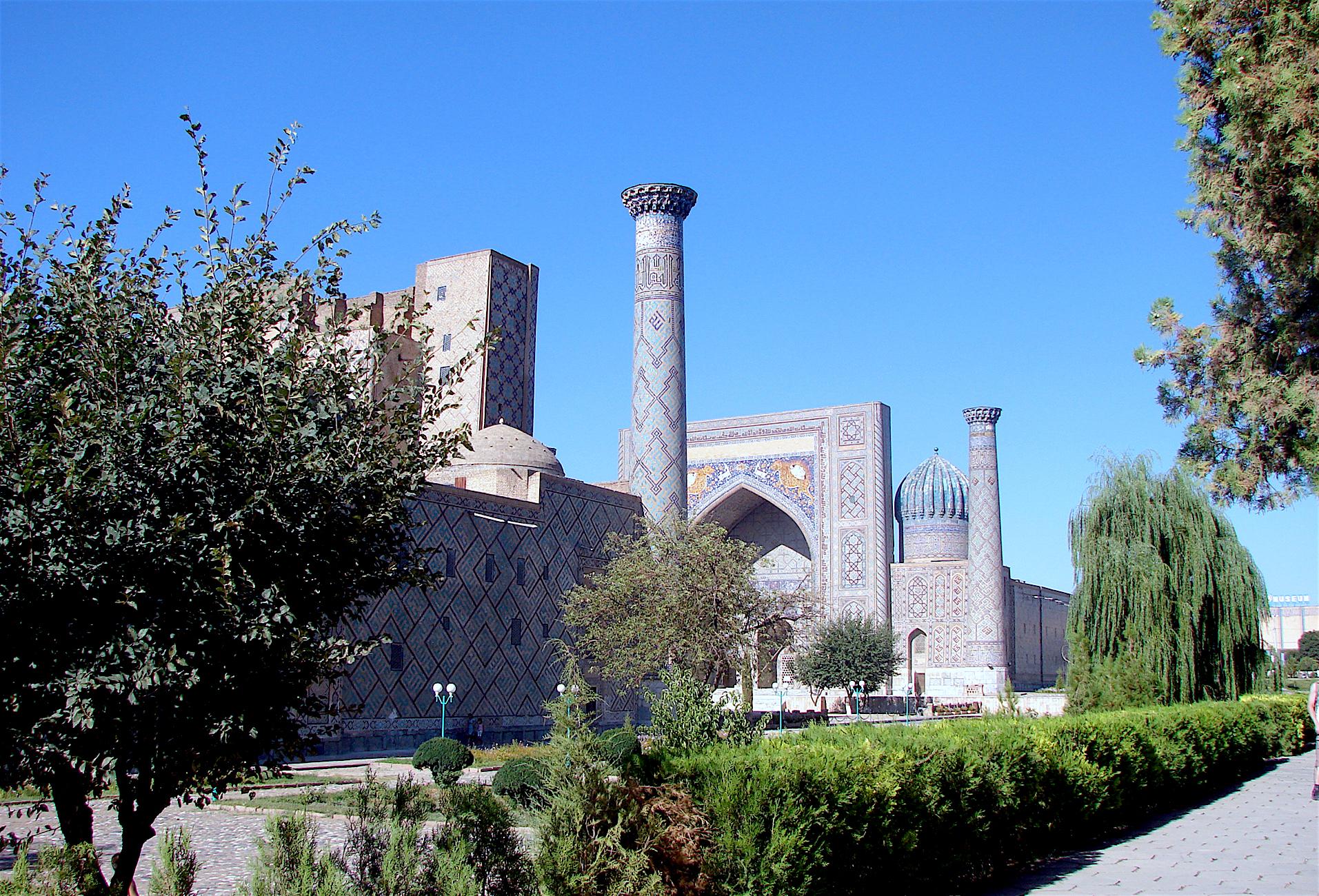 Площадь Регистан в Самарканде летом 2016 года. Самарканд насчитывает десятки архитектурных памятников, большинство которых построено в 15-17 веках.[Максим Енисеев]