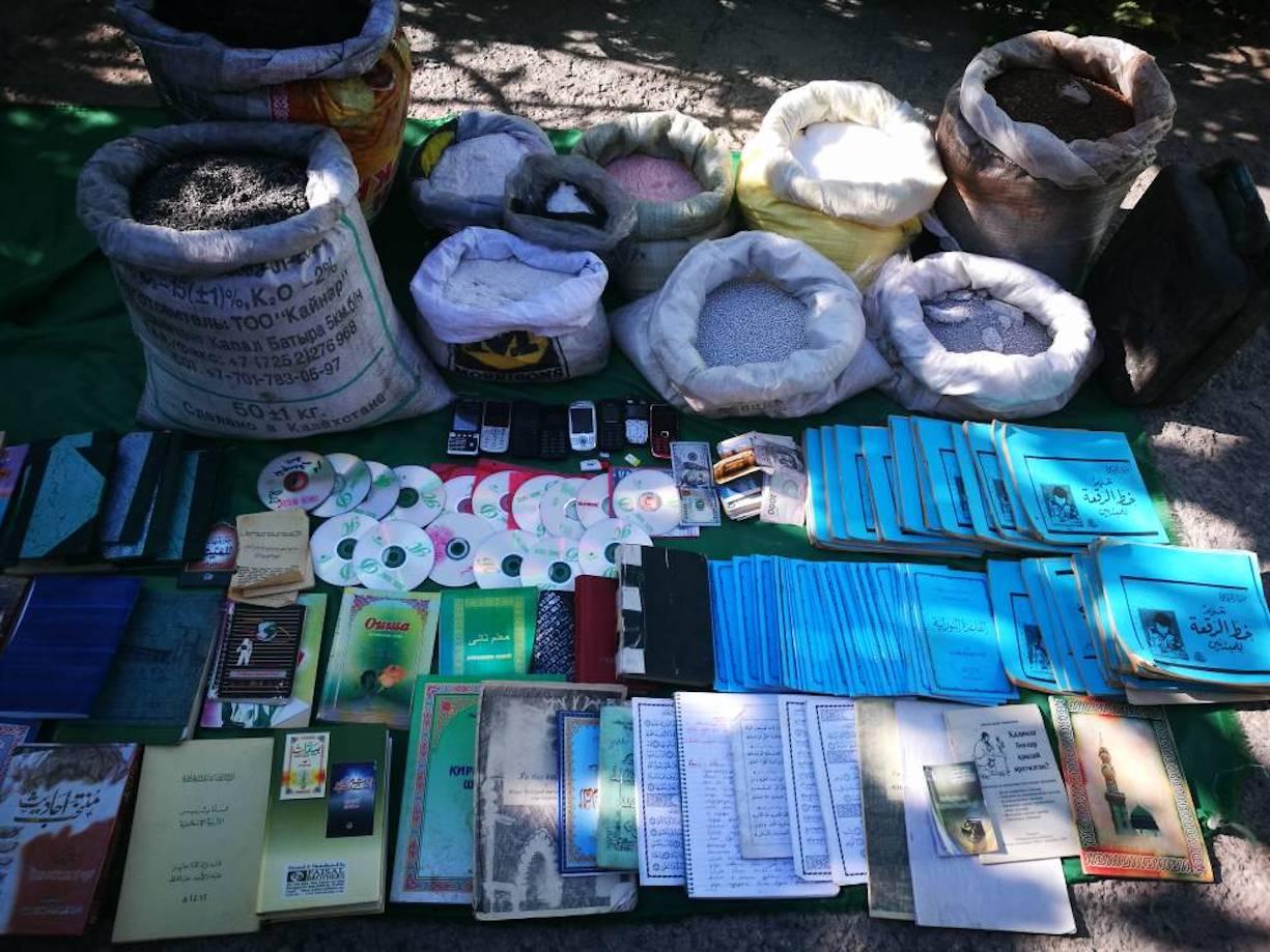 На фото показана конфискованная экстремистская литература и диск с аудиофайлами. Бишкек, 18 июля 2017 года. [Фото предоставлено Государственным комитетом национальной безопасности]