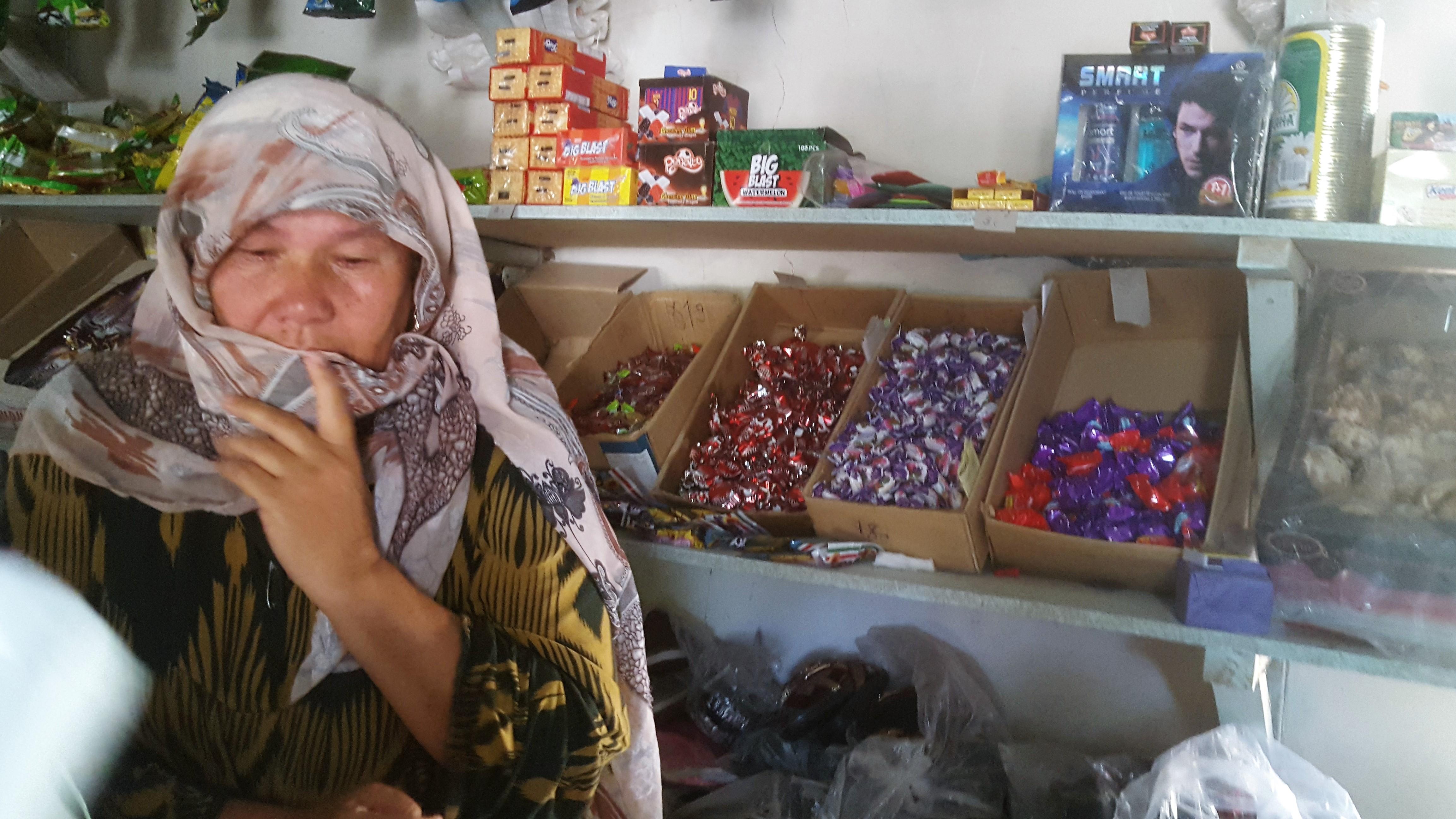 Гульчехра Салимова, сфотографированная в августе в районе Кабадиян, потеряла связь со своей дочерью и четырьмя внуками после того, как они отправились в Сирию в 2014 году. [Надин Бахром]
