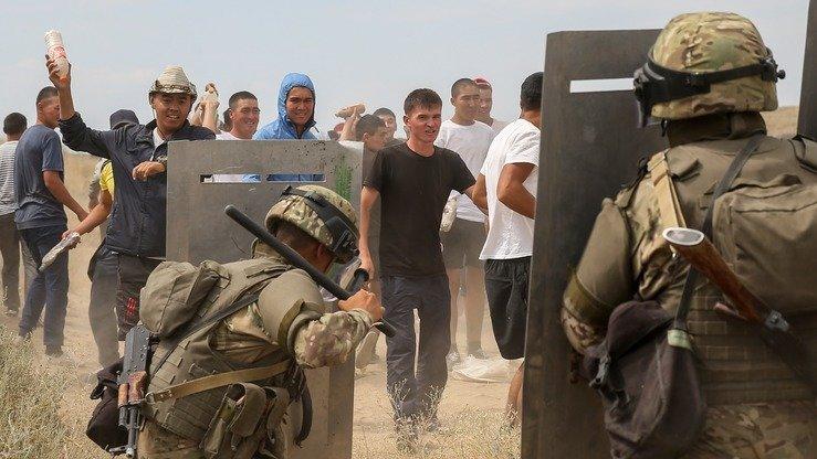 Войска отражают нападение радикально настроенных молодых людей, которые кидают в военных камни и бутылки с зажигательной смесью. [Павел Михеев]