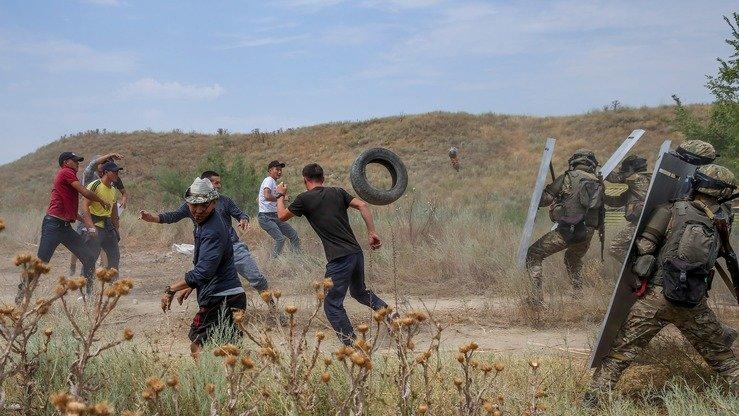 Военнослужащие отражают нападение условно радикально настроенных молодых людей, которые кидают в военных автомобильные покрышки. [Павел Михеев]