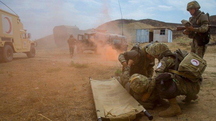 Бойцы миротворческих войск учатся оказывать помощь товарищу. [Павел Михеев]
