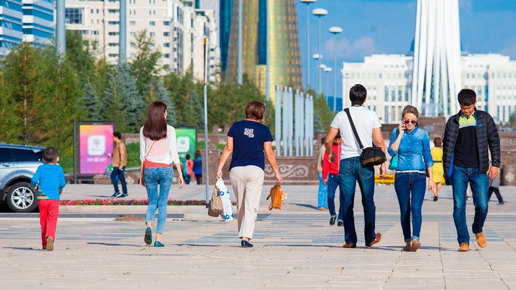 Youth stroll through downtown Astana in May. The number of young Kazakhstanis seeking religious education abroad is shrinking, say officials. [Viacheslav Baturin]