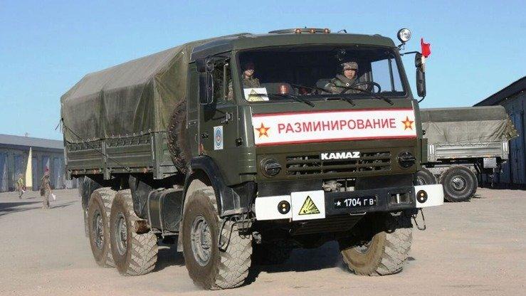 Командиры казахстанских саперов провели свои собственные учения на полигоне Берег в Алматинской области 22 августа. Два сапера управляют грузовиком. [Министерство обороны Казахстана]