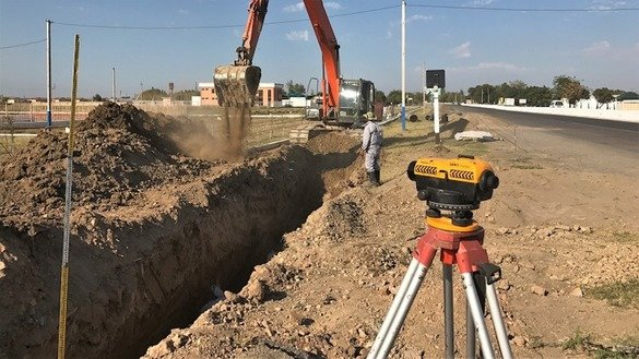 Workers install water pipe in Syrdarya Province in an undated photo. [Mirzobek Ibragimov/World Bank]