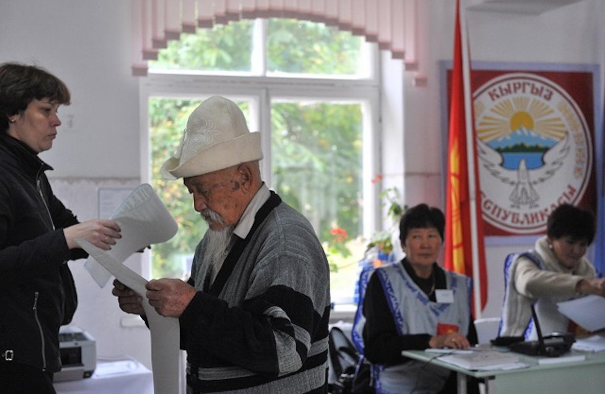 Кыргызские избиратели голосуют в Бишкеке во время парламентских выборов в октябре 2015 года. [Вячеслав Оселедко]