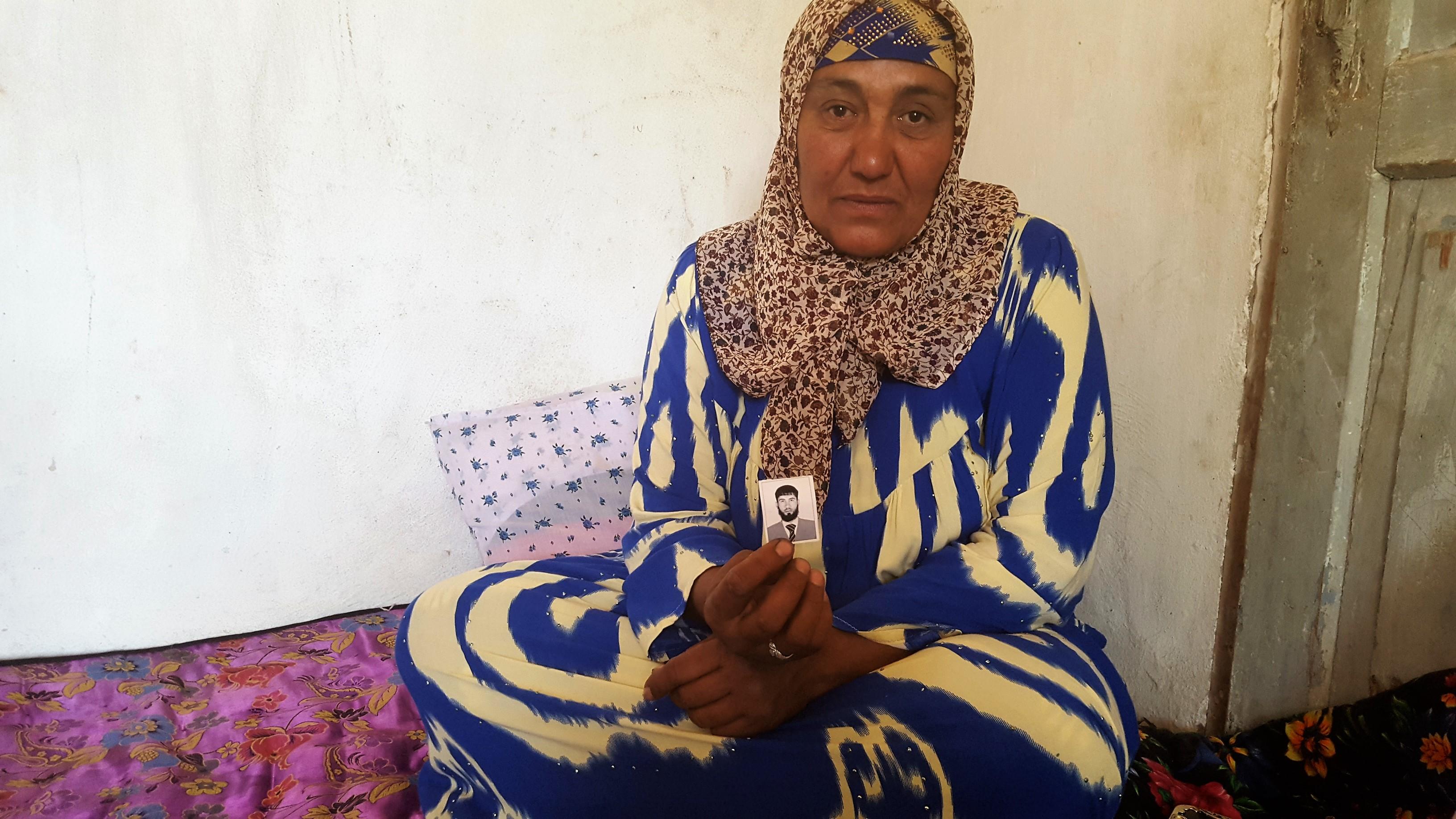 Ашурмо из Бохтарского района Хатлонской области держит фотографию брата, убитого в Сирии. 20 мая 2017 г. Она так и не сказала их матери о его смерти. [Надин Бахром]