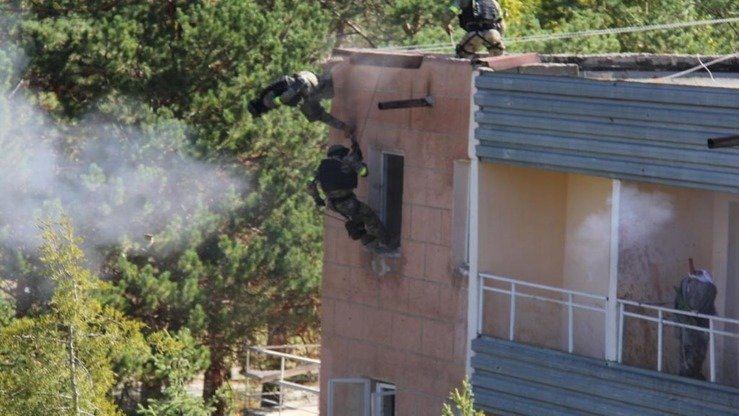 "Troops storm a building during Issyk-Kul Anti-Terror 2017. ""During the exercises, officers and enlisted personnel checked the efficiency of arrangements for alerting the public during the type of crisis that arises when terrorists seize hostages or strategic facilities,"" said GKNB official Rakhmat Sulaimanov. [Kyrgyz State National Security Committee]"