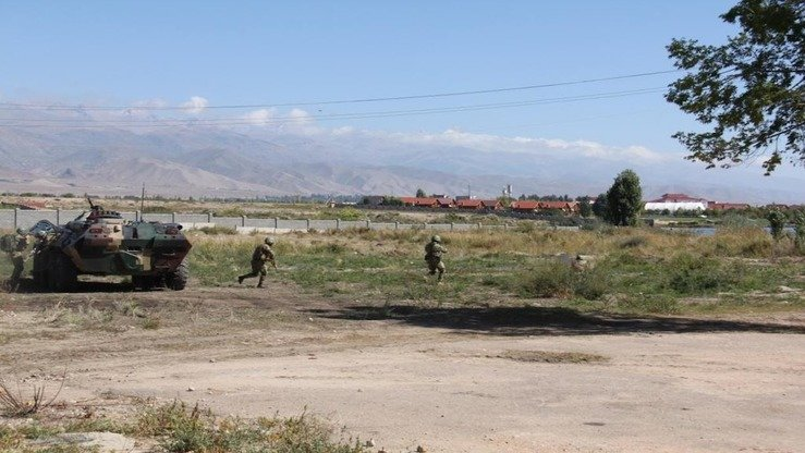 Troops charge a hypothetical terrorist stronghold during Issyk-Kul Anti-Terror 2017. Kyrgyz troops regularly train to protect strategic facilities, including power plants, transport and communication centres and public places. [Kyrgyz State National Security Committee]
