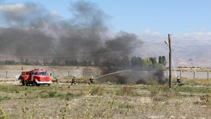 Firefighters douse a blaze during Issyk-Kul Anti-Terror 2017. [Kyrgyz State National Security Committee]