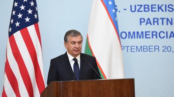 Uzbekistani President Shavkat Mirziyoyev addresses the US-Uzbekistan Business Forum September 20 in New York. Uzbek officials and their US counterparts signed contracts worth $2.6 billion (20.9 trillion UZS) during the event. [Uzbekistani presidential press office]