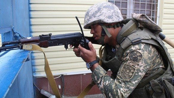 Troops October 23 in Atyrau hold counter-terrorism exercises. [Kazakhstani Ministry of Defence]
