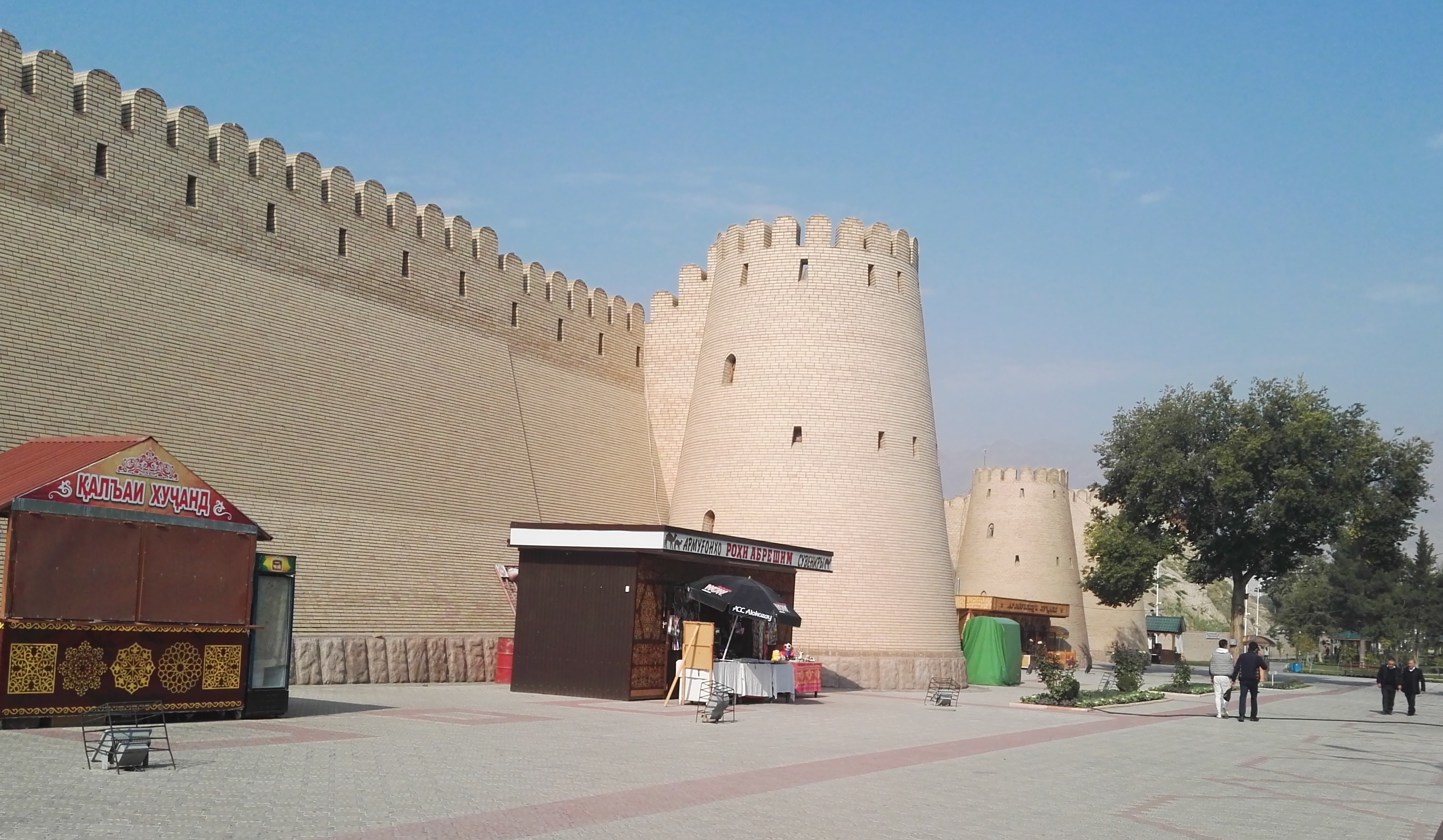 В ходе трехдневного путешествия туристы посетили крепость Хисор, архитектурный монумент, датируемый 600-500 гг до н.э. Его восстановили в 2000-х. Крепость снята 12 октября. [Негматулло Мирсаидов]