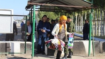 A woman crosses from Kyrgyzstan into Uzbekistan at the Dostuk check-point September 5. [Erkin Kamalov]