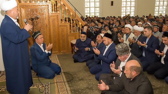 Spiritual leaders and Muslims from Uzbekistan and Azerbaijan pray together during a foreign delegation's visit to Bukhara, Uzbekistan, on October 22. [Spiritual Administration of Muslims of the Caucasus]
